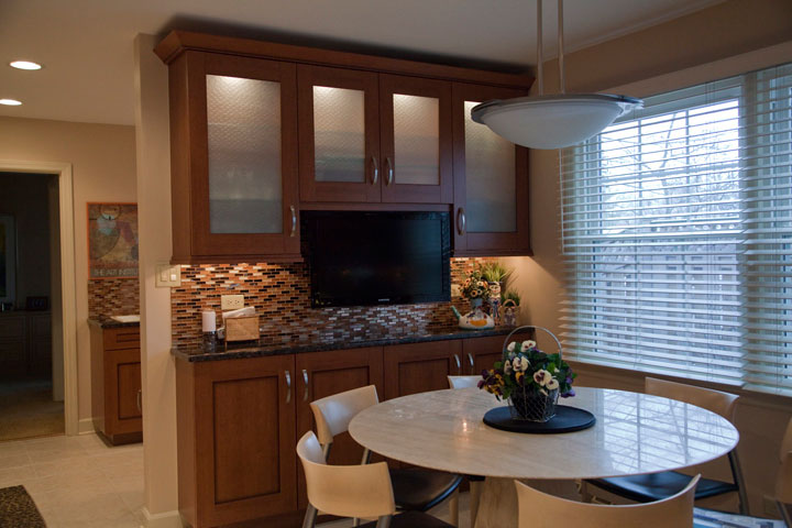 Kitchen dining area with TV, Wilmette, IL